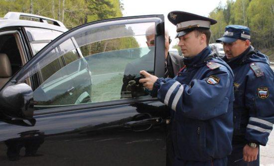 Проверка светопропускаемости сотрудниками ГИБДД в лесу
