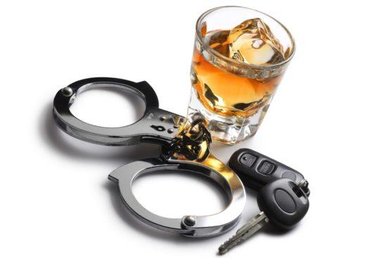 Стакан алкоголя, наручники и ключи от машины