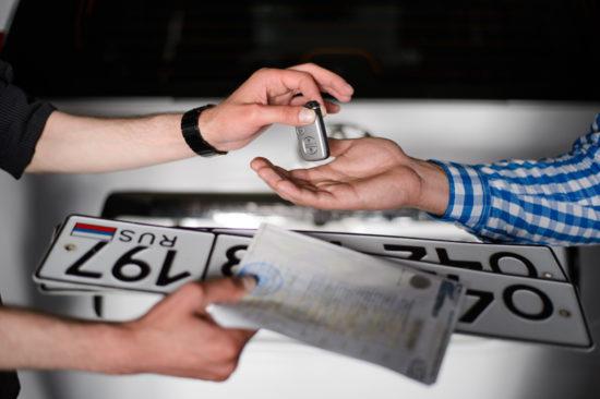 Вручают владельцу номера и ключи от машины