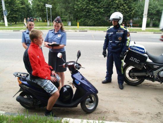 Сотрудники ДПС остановили малолетнего водителя скутера