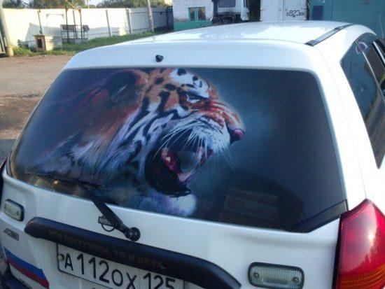 Тонированное заднее стекло автомобиля, рисунок в виде тигра