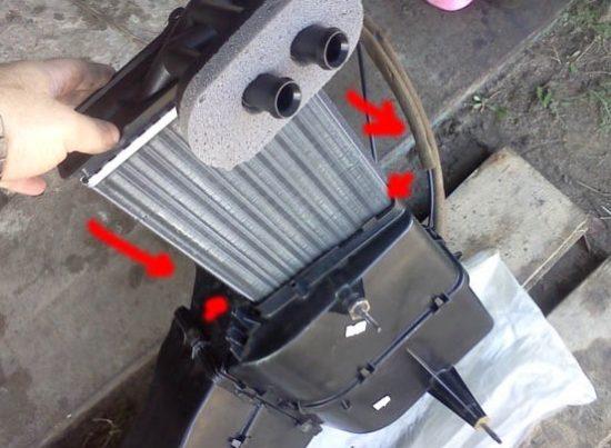 Радиатор печки в блоке отопителя