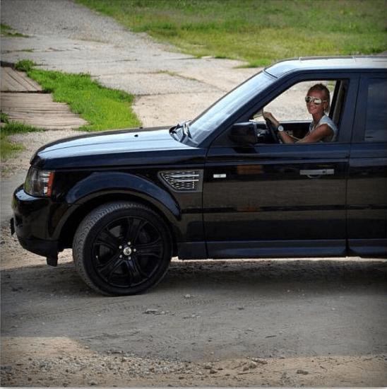 Ольга Бузова за рулём её автомобиля Range Rover Sport