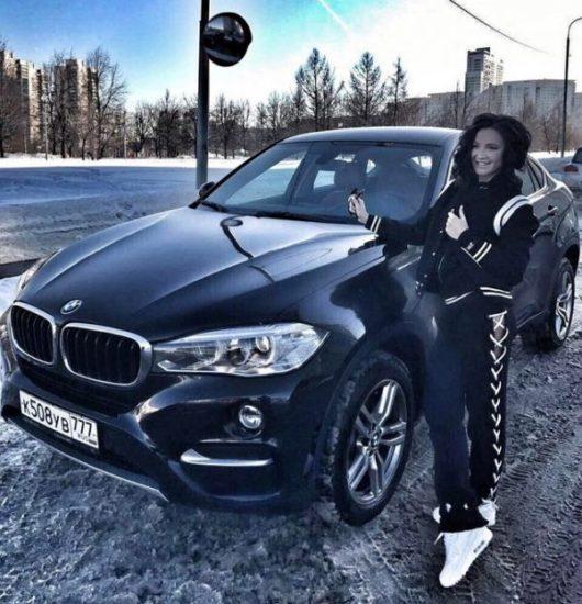 Ольга Бузова рядом с автомобилем BMW