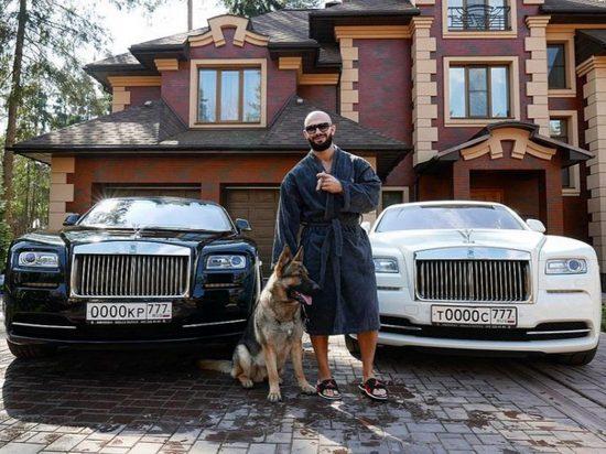Джиган на фоне двух Rolls-Royce Wraith