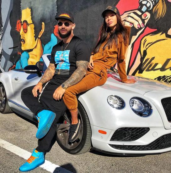 Джиган с женой на фоне машины