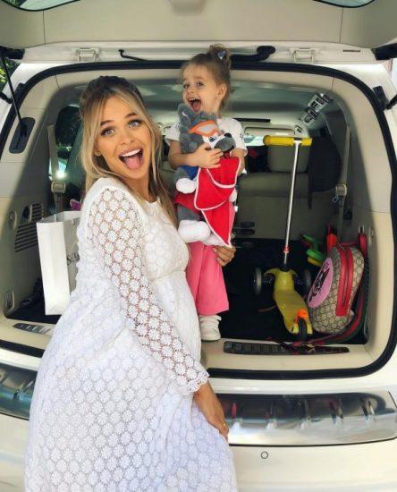 Анна Хилькевич, её дочь у багажника белого Infinity QX 80