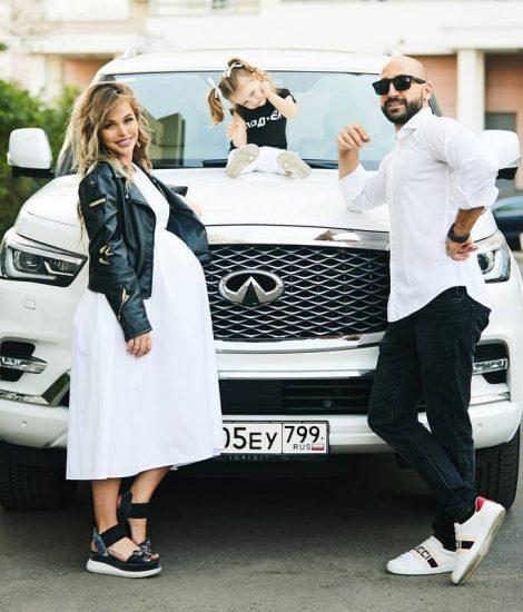 Анна Хилькевич, её муж и дочь у белого Infinity QX 80