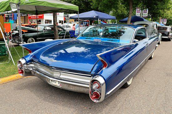 Синий Кадиллак сзади на Street Rod Minnesota