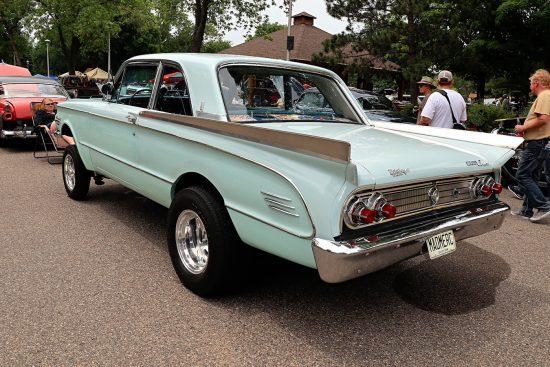Голубая машина сзади на Street Rod Minnesota