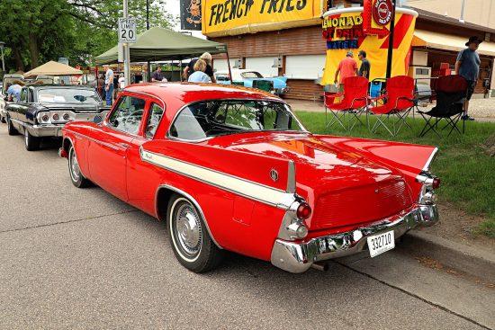 Красная машина на Street Rod Minnesota