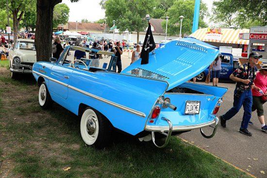 Старинная голубая машина на Street Rod Minnesota