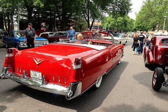 Красный кабриолет на Street Rod Minnesota