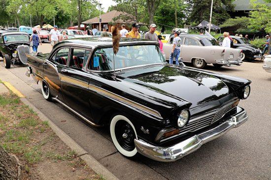 Чёрная старинная машина на Street Rod Minnesota