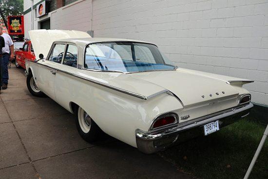 Белая машина на Street Rod Minnesota