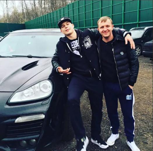 Яббаров рядом с дорогой машиной товарища