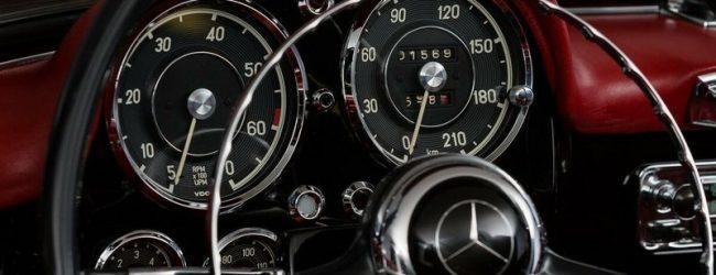Чёрный Mercedes-Benz 190SL 1960 года выпуска