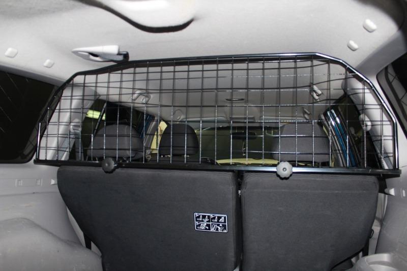 Если часто возите в машине собаку: 5 приспособлений, с которыми и вам, и вашему питомцу будет комфортнее