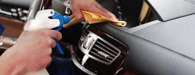 Мужчина чистит пластиковые детали в автомобиле