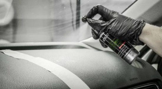 Использование средства Lavr для чистки пластика в автомобиле