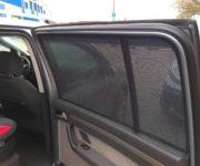 Автомобиль с каркасными шторками на окнах