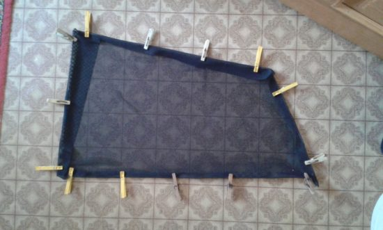 Натяжение сетки на каркас шторки