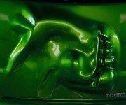 зеленый автомобиль с вмятиной