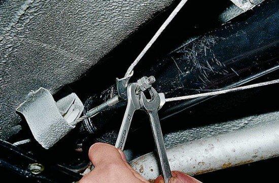 Инструменты для регулировки ручника - два ключа